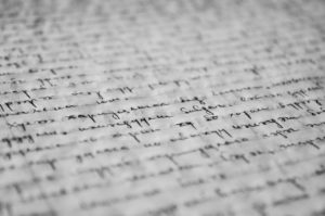 testo scritto in corsivo su foglio di carta bianca